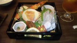 前菜とお造り盛り合わせ 鮗場蟹 赤貝 本鮪 真鯛 紅とろ 小海老たたき 梅醤油